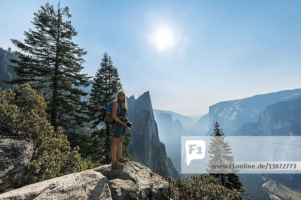 Wanderin  Frau mit Ausblick vom John Muir Trail ins Yosemite Valley  Yosemite National Park  Kalifornien  USA  Nordamerika