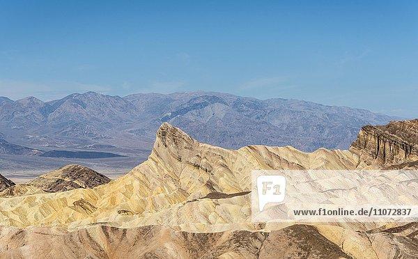 Felsen Manly Beacon  Badlands  Zabriskie Point  hinten Bergkette Panamint Range  Death-Valley-Nationalpark  Kalifornien  USA  Nordamerika