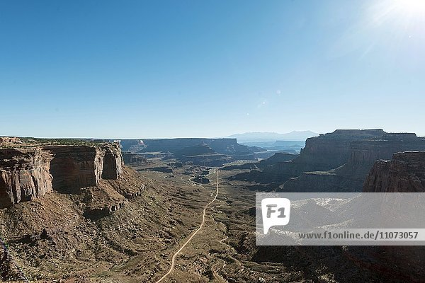 Straße durch ein Tal  Shafer Canyon Overlook  Shafer Canyon Road  Island in the Sky  Canyonlands National Park  Moab  Utah  USA  Nordamerika