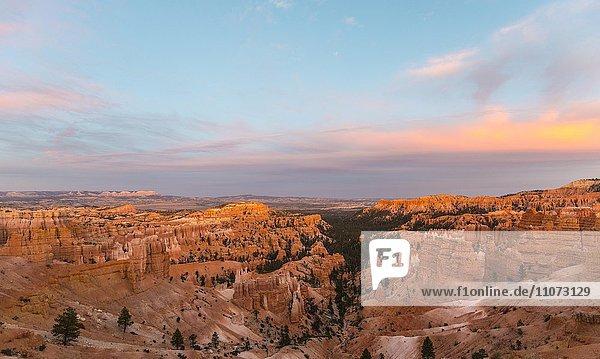 Ausblick auf den Bryce Canyon  Sonnenuntergang  rötliche Felslandschaft mit Hoodoos  Sandsteinformationen  Bryce Canyon Nationalpark  Utah  USA  Nordamerika