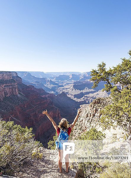 Wanderin schaut über Grand Canyon  South Rim  Grand Canyon Nationalpark  Arizona  USA  Nordamerika