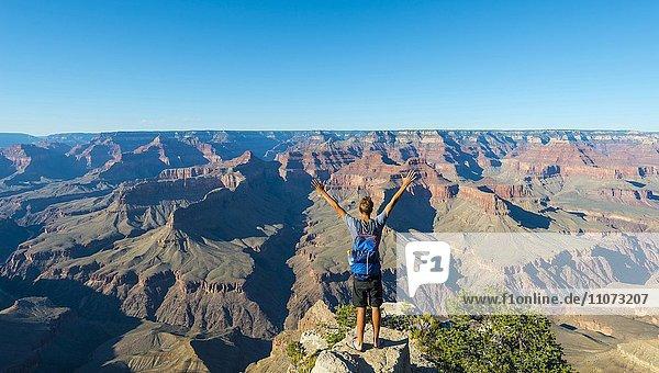 Wanderer schaut über Grand Canyon  South Rim  Grand Canyon Nationalpark  Arizona  USA  Nordamerika