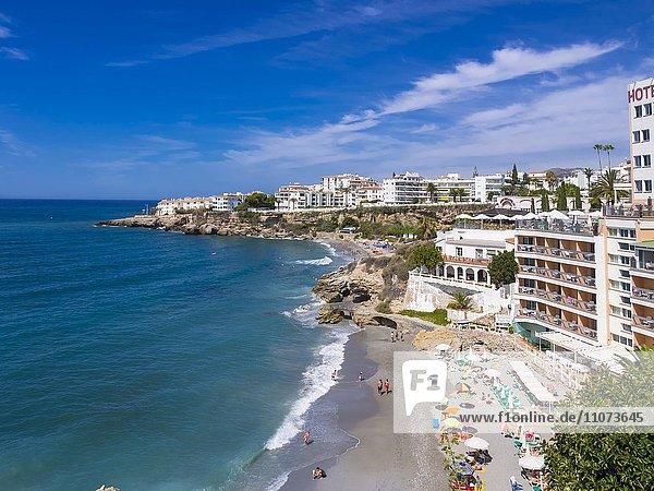 Strand Playa El Salón  Nerja  Provinz Malaga  Costa del Sol  Andalusien  Spanien  Europa