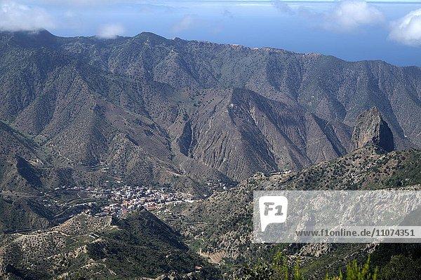 Ausblick vom Mirador de Vallehermoso auf Tal und Ort Vallehermoso zwischen Bergen  Nationalpark Garajonay  Bezirk Agulo  La Gomera  Kanarische Inseln  Spanien  Europa