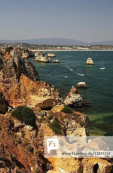 Schroffe Felsküste  Algarve  bei Luz  Portugal  Europa