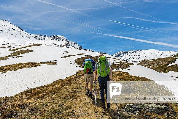 Zwei Wanderer wandern auf Wanderweg  Schneereste  Rohrmoos-Untertal  Schladminger Tauern  Schladming  Steiermark  Österreich  Europa