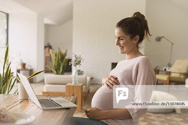 Schwangere Frau Videokonferenz am Laptop