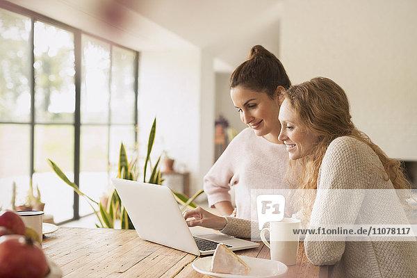 Frauen mit Laptop am Esstisch