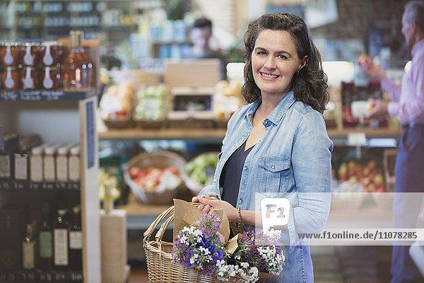 Portrait lächelnde Frau beim Einkaufen auf dem Markt