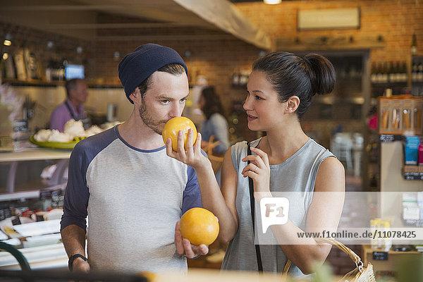 Paar riechende Grapefruits auf dem Markt