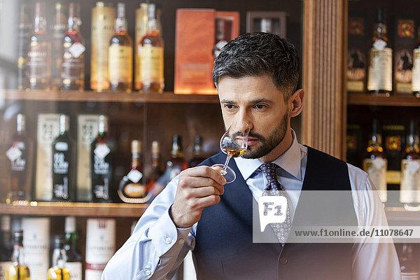 Gut gekleideter Mann Whiskyverkostung