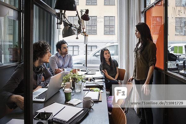Geschäftsfrau bei der Präsentation vor Mitarbeitern im Kreativbüro