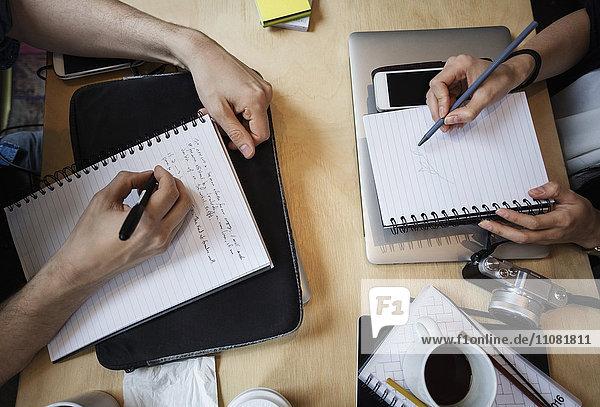 Direkt über der Aufnahme von Bloggern  die am Tisch im Kreativbüro arbeiten.