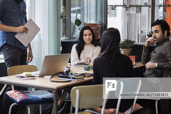 Geschäftsleute tauschen Ideen im Kreativbüro aus