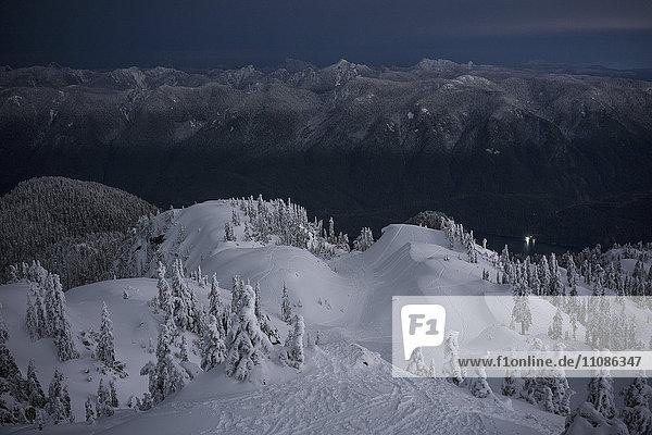 Idyllischer Blick auf den schneebedeckten Mount Seymour in der Abenddämmerung  British Columbia  Kanada Idyllischer Blick auf den schneebedeckten Mount Seymour in der Abenddämmerung, British Columbia, Kanada