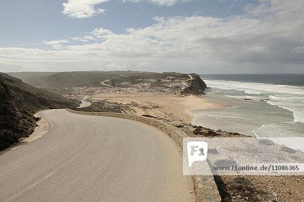 Blick von einer Straße auf einen Strand und Klippen  Monte Clerigo  Portugal