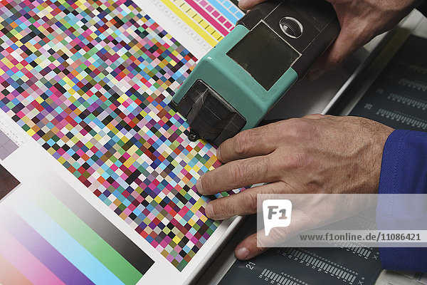 Beschnittenes Bild des Handscanners und Überprüfung der Qualität des gedruckten Papiers