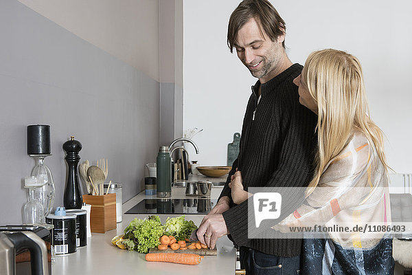 Liebevolles reifes Paar kocht zusammen in der Küche