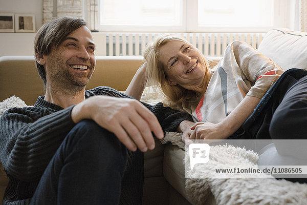 Ein glückliches reifes Paar  das seine Freizeit zu Hause verbringt.