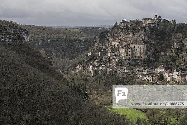 Gebäude auf den Bergen bei Rocamadour Gebäude auf den Bergen bei Rocamadour