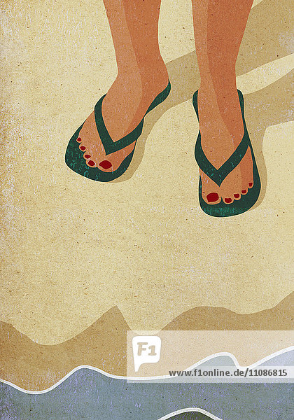 Niedriger Teil der Frau mit Hausschuhen am Meer stehend