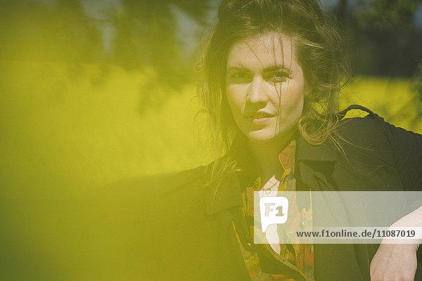 Porträt einer selbstbewussten jungen Frau an einem sonnigen Tag