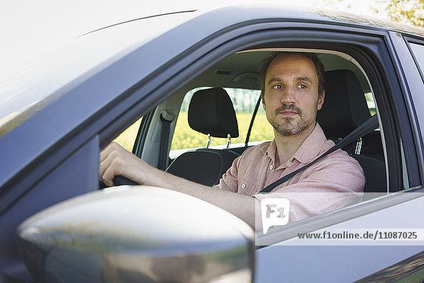 Nachdenklicher Mann im Auto sitzend