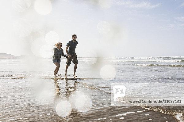 Volle Länge des glücklichen Paares auf See