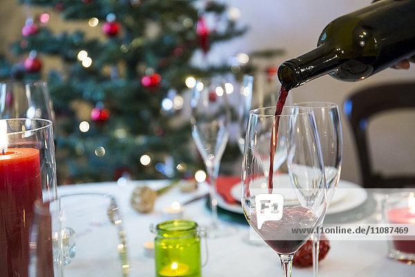 Wein zum Weihnachtsessen servieren