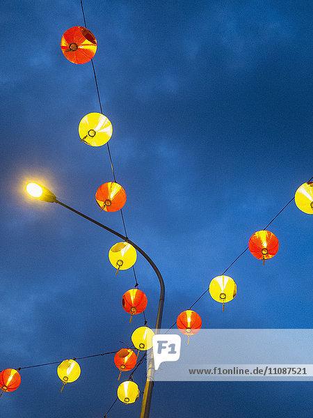 Niederwinkel-Ansicht von beleuchteten Lampions  die am Himmel hängen