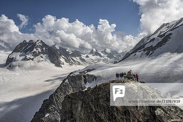 Schweiz  Arolla  Bergsteiger stehen am Gipfel