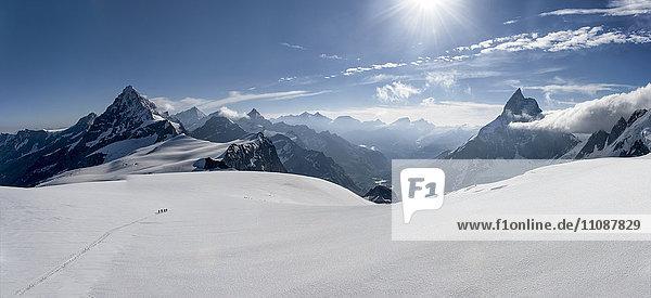 Schweiz  Bergsteiger auf dem Weg nach Matterhorn und Wandfluehorn