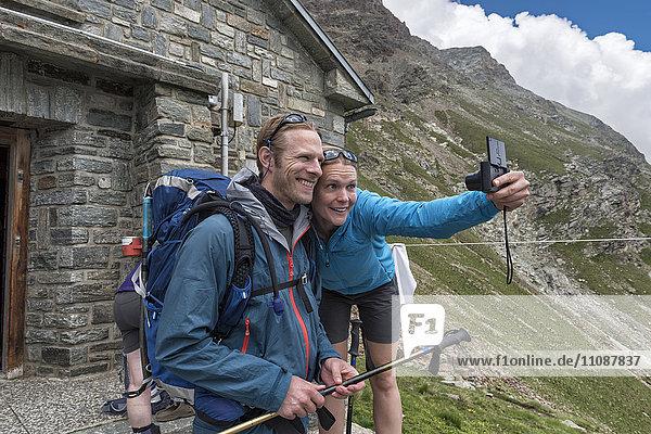 Schweiz  Wanderer auf der Schonbielhütte mit Selbstbedienung