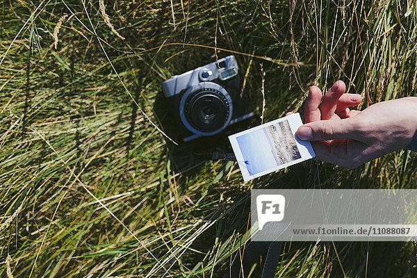 Männerhand mit Polaroid
