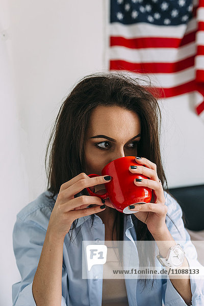 Junge Frau beim Kaffeetrinken