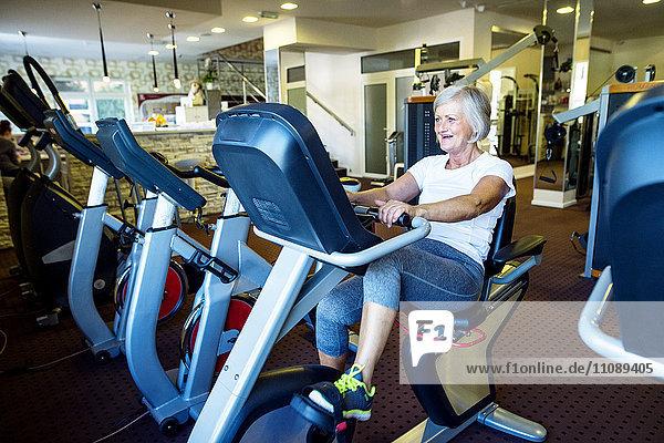 Reife Frau beim Training im Fitnessstudio