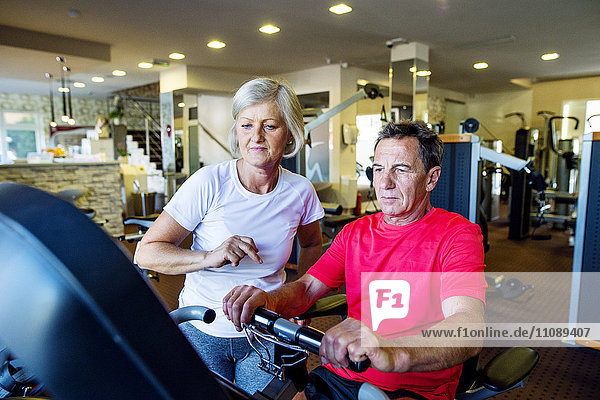 Senior Mann und reife Frau beim Training im Fitnessstudio