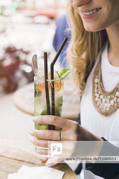 Frau mit einem Glas Mojito