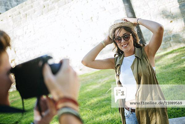 Junger Mann beim Fotografieren seiner Freundin