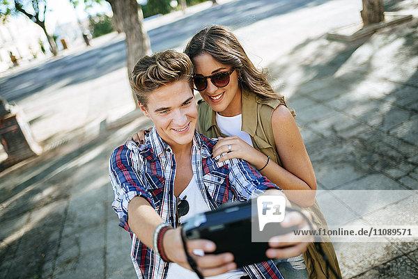Junges verliebtes Paar  das sich selbst mit der Kamera nimmt