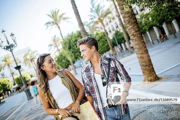 Spanien  Jerez de la Frontera  junges verliebtes Paar auf Städtereise