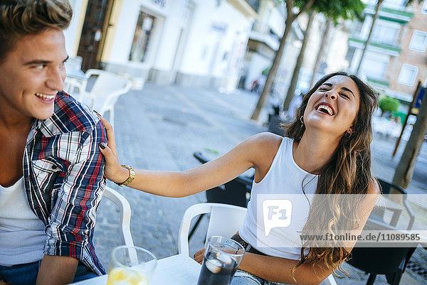 Junges Paar mit Spaß im Straßencafé