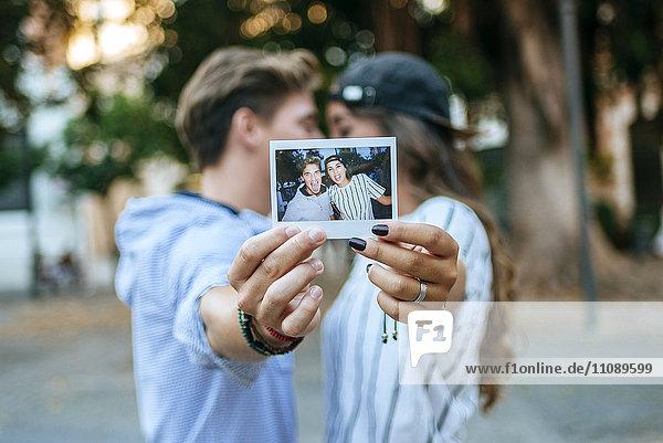 Junges verliebtes Paar  das sich selbst fotografiert.