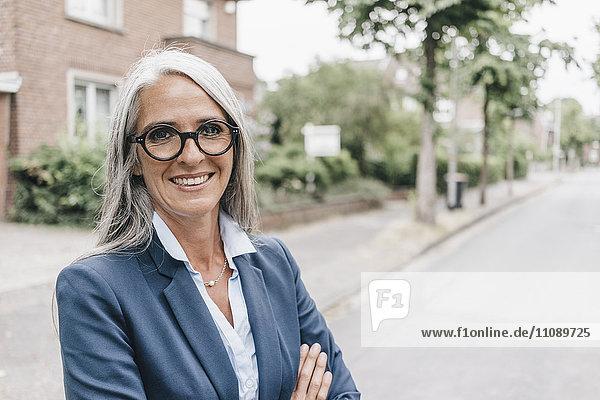 Porträt einer lächelnden Geschäftsfrau mit Brille