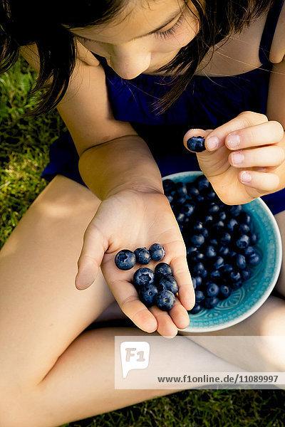 Mädchen mit Blaubeeren in der Hand