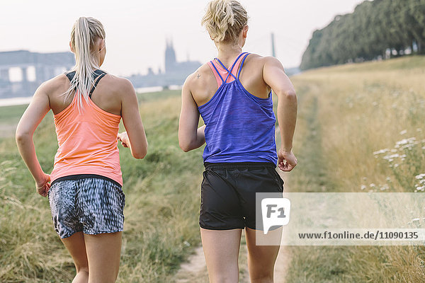 Zwei junge Frauen auf dem Feldweg
