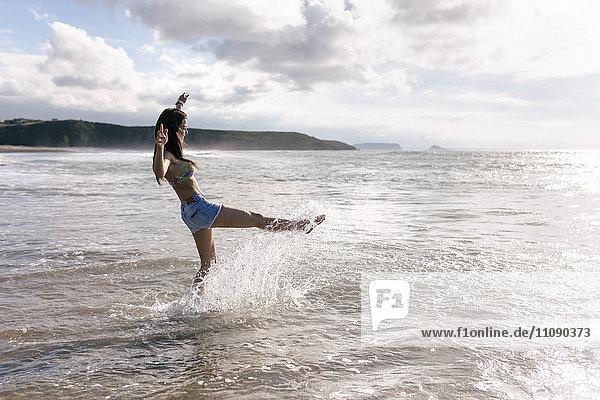 Spanien  Asturien  schöne junge Frau am Strand