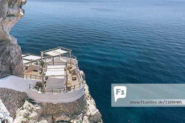 Spanien  Menorca  Blick auf das Sonnendeck an der Küste