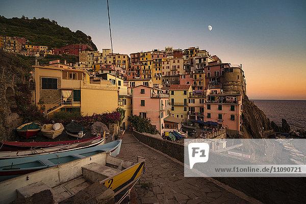 Italien  Manarola  Blick auf das Dorf bei Sonnenuntergang