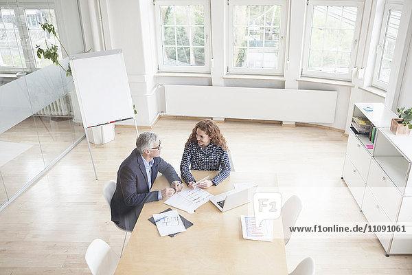 Geschäftsmann und Frau im Sitzungssaal